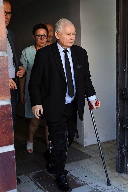 Czerwiec 2018 roku. Jarosław Kaczyński opuszcza o kulach Wojskowy Instytut Medyczny