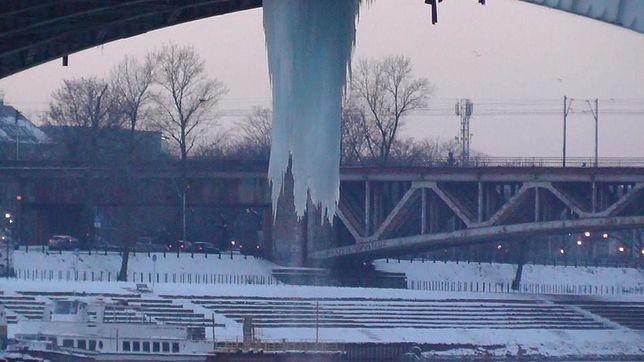 Pod mostem Poniatowskiego wisi gigantyczny sopel