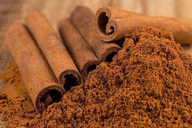 Laski cynamonu mogą być wykorzystywane jako element dekoracyjny nie tylko różnych dań, ale też świeczek i stroików