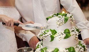 Coraz częściej pary młode decydują się na nowoczesne torty z lekkimi masami i owocami