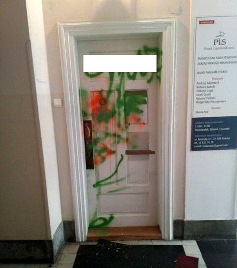 Nieznani sprawcy zdewastowali drzwi biura PiS. Działacze są oburzeni