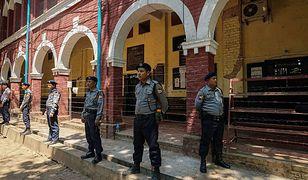 Policjanci stojący przed posterunkiem w Birmie. Zdjęcie poglądowe