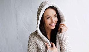 Miękkie swetry, kardigany, szale i rękawiczki to jesienny niezbędnik