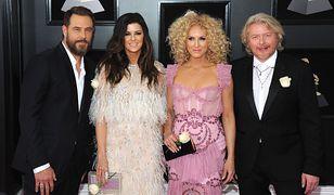 Gwiazdy z przypiętymi do ubrań białymi różami podczas gali Grammy.