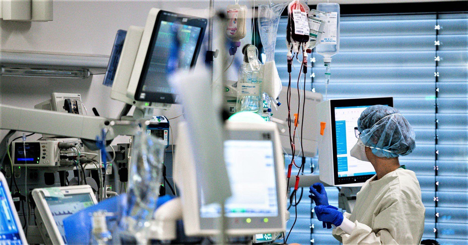 Personel medyczny szpitala w Akwizgranie podczas opieki nad pacjentami z koronawirusem // fot. Sascha Schuerman