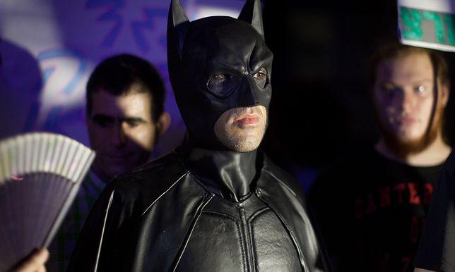 Dorośli faceci idą na wojnę ze złem w kostiumach superbohaterów