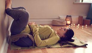 Praktykowanie jogi w domu jest idealną metodą na odprężenie.
