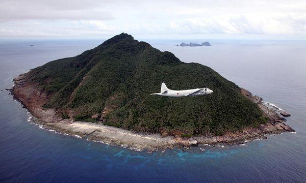 Japoński samolot w pobliżu spornych wysp, fotografia archiwalna z 2011 r.