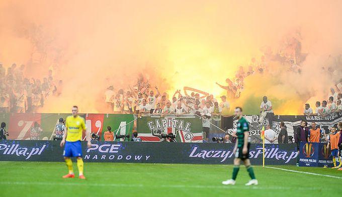 3dbfb408a Finał PP Arka - Legia. Przerwany mecz i fruwające rakiety, czyli kleks na  piłkarskim święcie (komentarz)