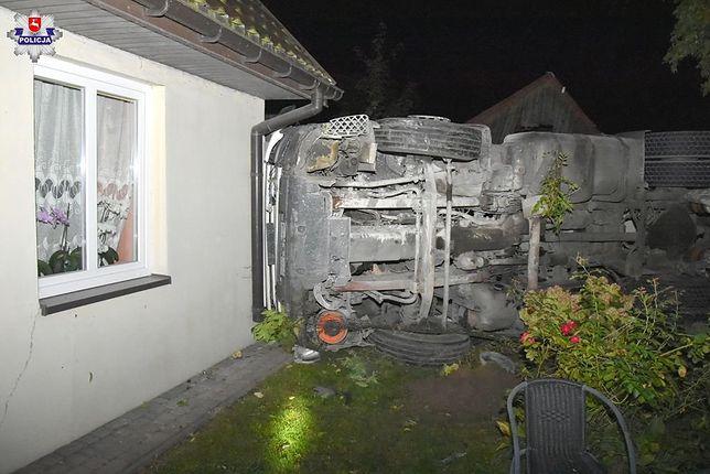 Kraśnik. Ciężarówka z cementem uderzyła w dwa domy. Kierowca pijany