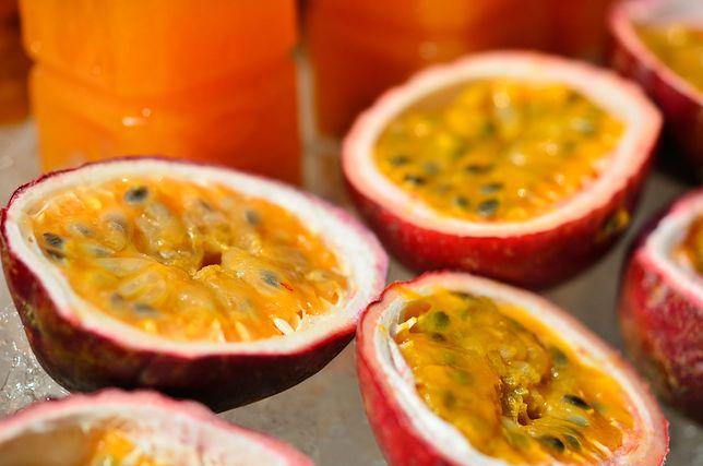 Marakuja może być jedzona na surowo, można dodawać ją do deserów i sosów do mięs. Przepisy z marakują
