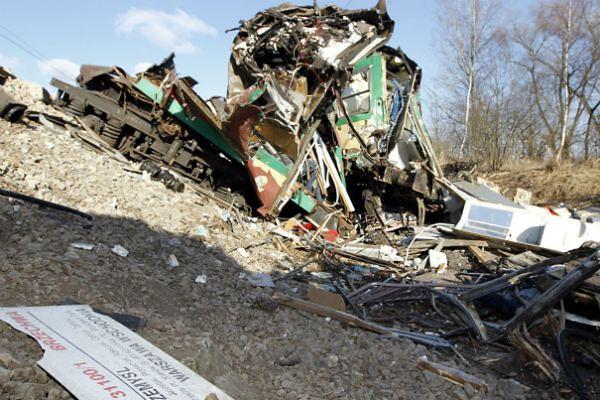 Wraki wagonów na miejscu katastrofy kolejowej koło Szczekocin