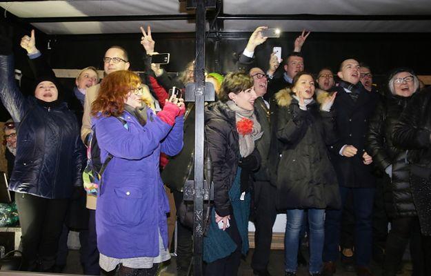 Opozycja przywitała Nowy Rok przed Sejmem