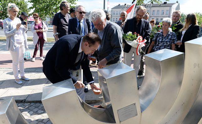 """Artur Hofman podczas uroczystości przed kieleckim pomnikiem """"Menora"""""""