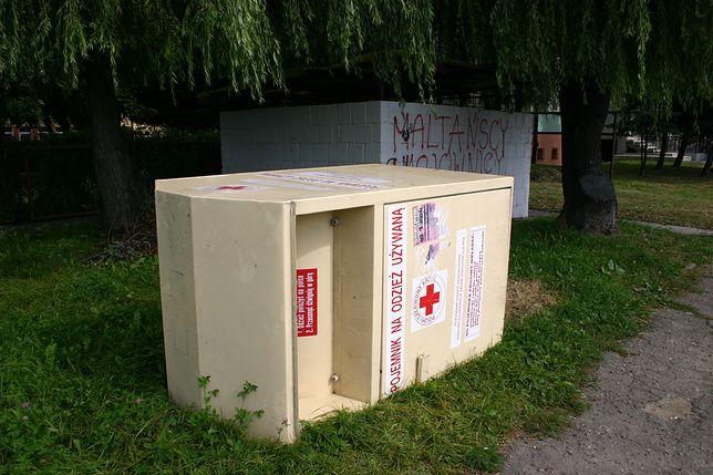 Z kontenerów z logo Czerwonego Krzyża wykradano zbieraną dla ubogich odzież