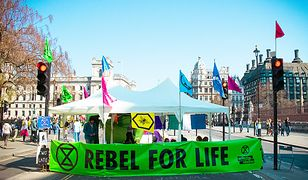 Ekolodzy z Extinction Rebellion głodują  przed siedzibą TVP