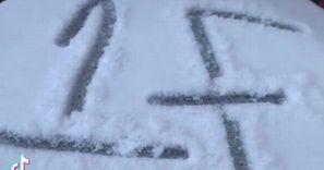Tajemniczy napis na śniegu. Zobaczyła to i zawiadomiła policję