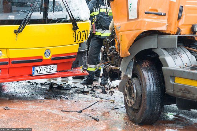 Wawer. Czołowe zderzenie autobusu ZTM z dostawczym busem