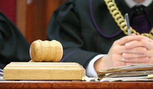 Adwokat znęcał się nad chorą żoną kopiąc ją po głowie. Ruszył proces