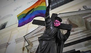 Warszawa. Na pomniku Chrystusa znów zawisła tęczowa flaga. Reakcja policji