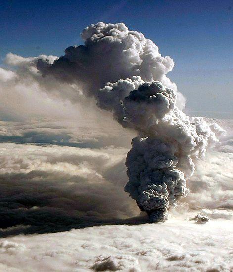 Czarna chmura zagraża samolotom - zdjęcia