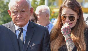 Monika Miller z dziadkiem na pogrzebie ojca