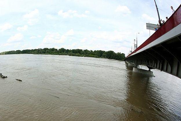 Rośnie poziom wody w Wiśle w Warszawie. Plaża przy Moście Poniatowskiego zalana