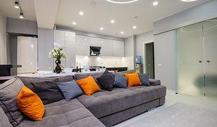 Jak zaplanować oświetlenie w domu? Projekt oświetlenia salonu, kuchni i łazienki