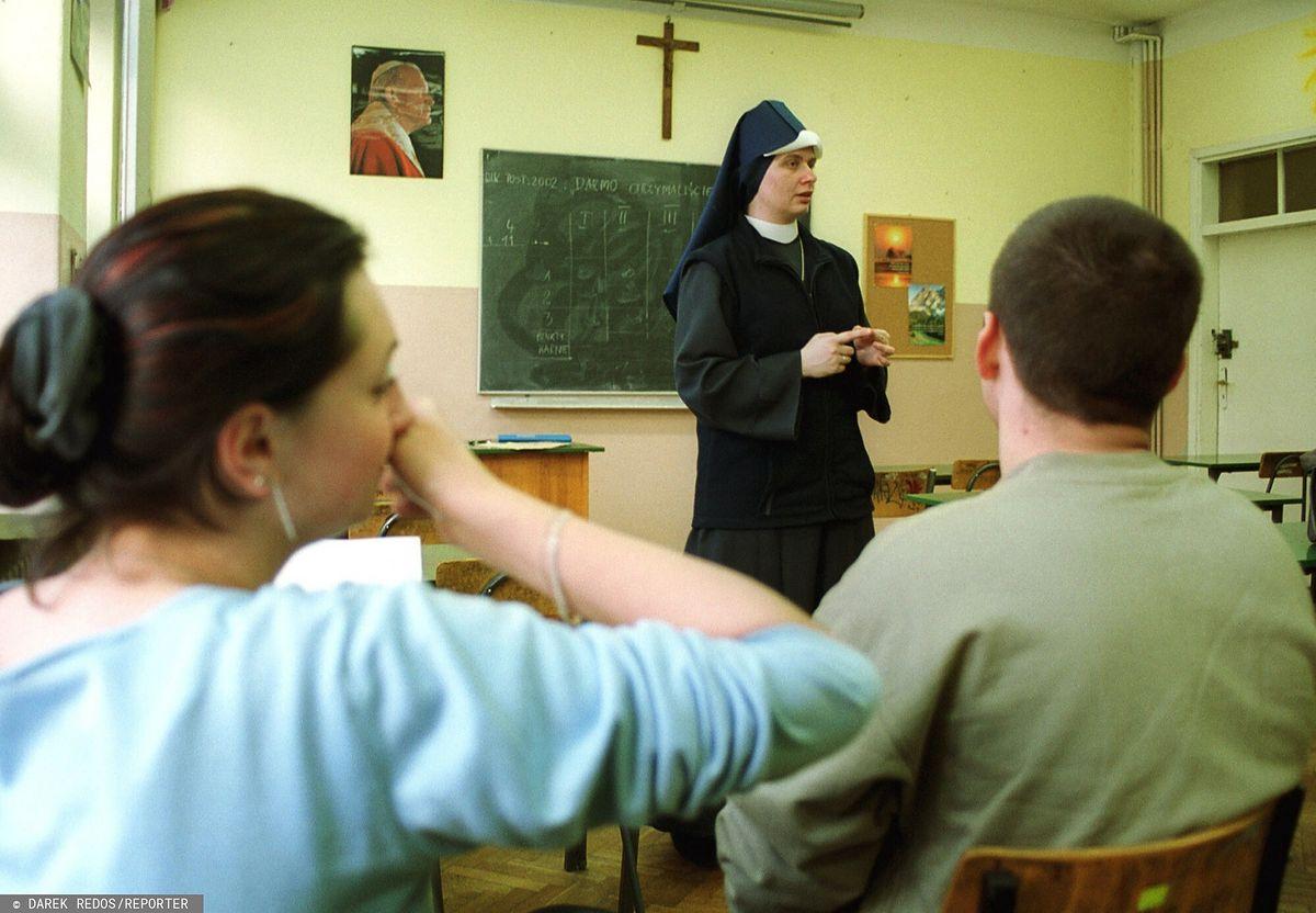 Ulotki dla uczniów w Krakowie. Bez religii nie przystąpią do komunii?