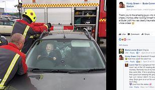 Dziecko zatrzaśnięte w samochodzie. Jego reakcja zaskoczyła wszystkich