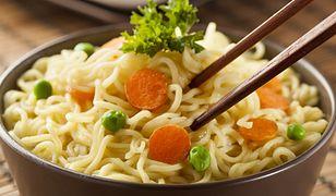 Historia zupki chińskiej. Czy faktycznie jest taka niezdrowa?
