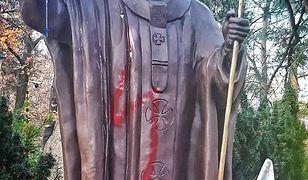 Legionowo. Zdewastowano pomnik Jana Pawła II. Czerwona błyskawica