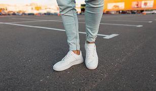 Jasne sneakersy lub letnie półbuty to najchętniej wybierane zakryte obuwie na lato