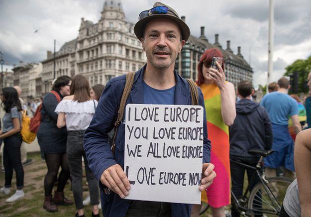Nieduży protest w Londynie dwa dni po referendum, w którym większość opowiedziała się z Brexitem