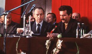 """Lecha Wałęsa podpisuje porozumienia sierpniowe, w wyniku których powstanie """"Solidarność"""""""