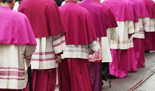 """Biskupi: powrót wiernych do udziału we mszy """"ogromnym zadaniem"""" Kościoła"""