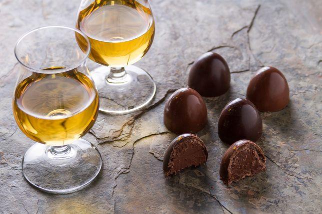 Do czekoladek dodaje się często owoce nasączane alkoholem, np. wiśnie z likierem