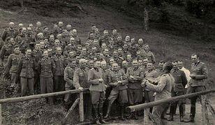 Oficerowie SS z Auschwitz. W pierwszym rzędzie od lewej: Karl Hoecker, Otto Moll, Rudolf Hoess, Richard Baer, Josef Karmer, Franz Hoessler, Josef Mengele