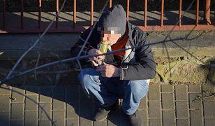 Warszawa. Więcej osób pijących alkohol na ulicach