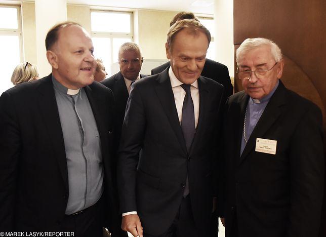Bp. Tadeusz Pieronek z ks. Kazimierzem Sową i Donaldem Tuskiem. Kraków, październik 2018