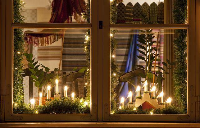 Zapalone świeczki dodają pomieszczeniu uroku