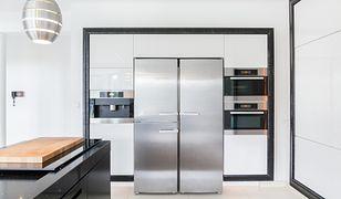 Wkomponowanie dużej lodówki w projekt kuchni to łatwy dostęp do zapasów i piękne wnętrze