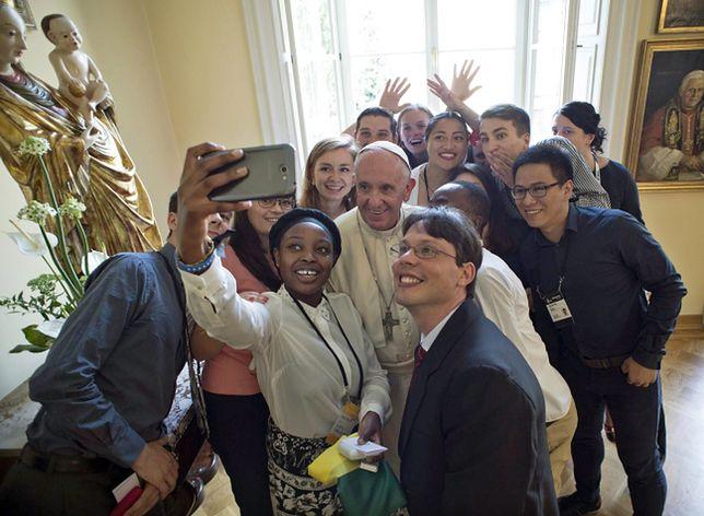 Franciszek zjadł obiad z młodzieżą z różnych krajów
