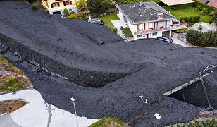 Wiele samochodów i fasad domów w miejscowości Grugnay zostało pokrytych błotem