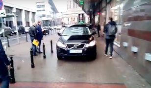 Kierowca SUV-a zastawił chodnik, a późnej po nim jeździł. Policja na szczęście przyjechała na czas