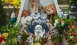 Żałobnicy często zostawiają maskotki na grobach dzieci
