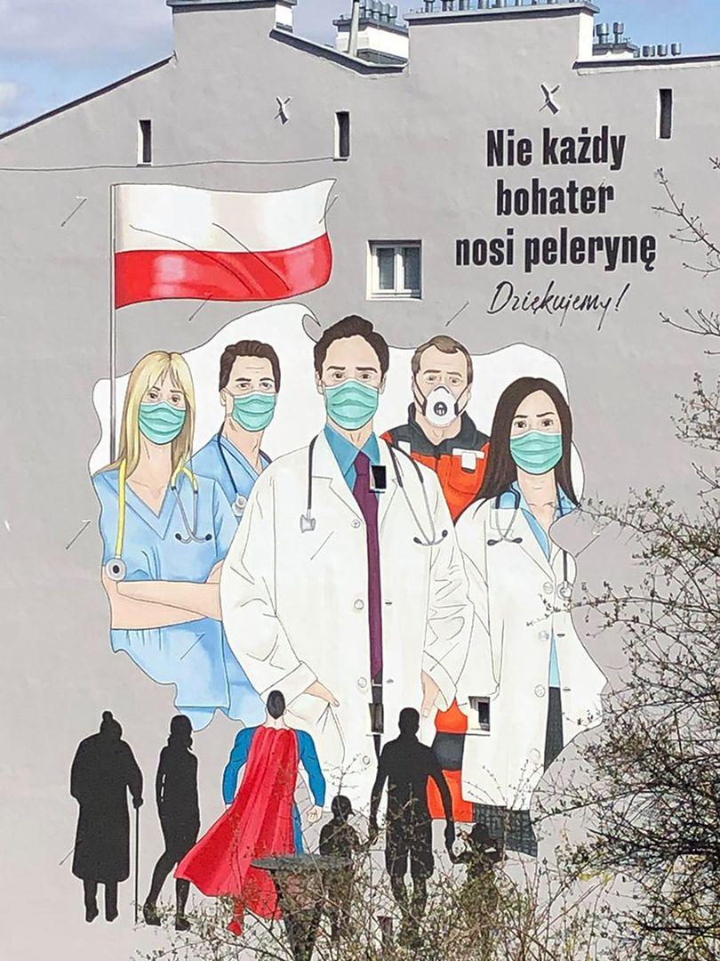 """Warszawa. Na Tamce powstał mural dla lekarzy i pielęgniarek. """"Nie każdy bohater nosi pelerynę"""""""