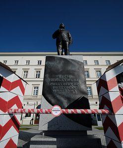 Warszawa. Protest przed pomnikiem Lecha Kaczyńskiego