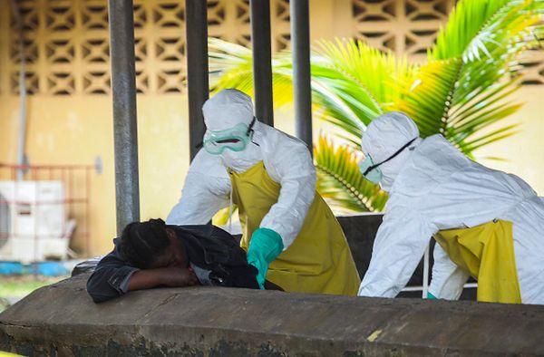 Liberyjskie pielęgniarki zabierają ciało ofiary epidemii