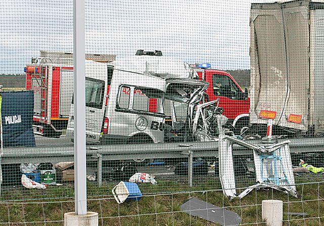 Bus wbił się pod naczepę tira. Nie żyje sześć osób